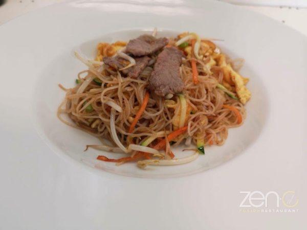 Spaghetti di riso con manzo e verdure